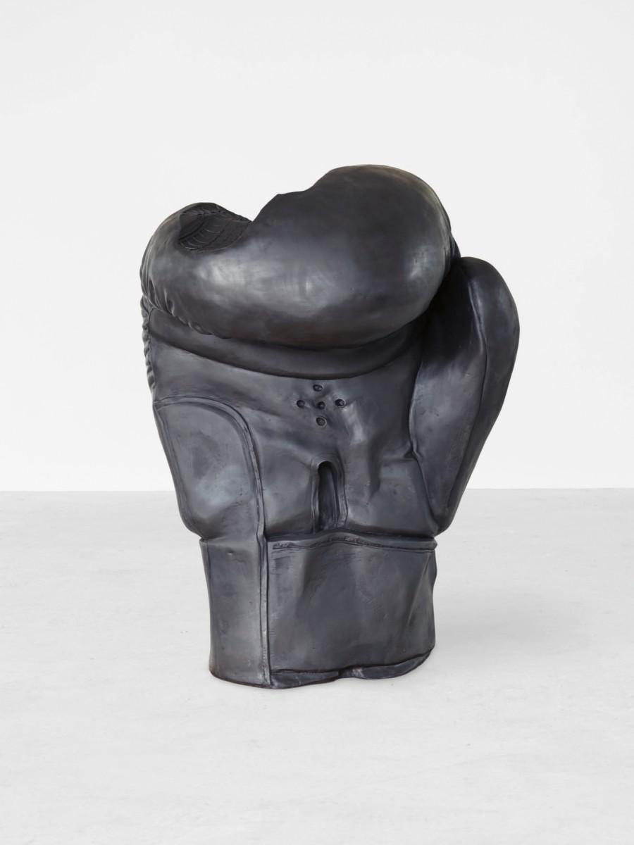 Foto: Erwin Wurm, Boxing Glove, 2016, Courtesy König Galerie, © Belvedere, Vienna (Photo: Johannes Stoll) / © Bildrecht, Vienna, 2017