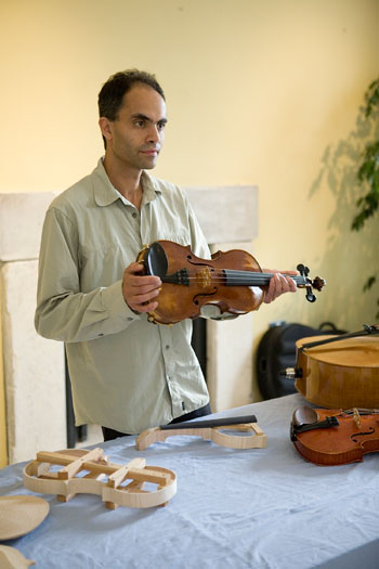 Kuros-Torkzadeh-showing-violin-during-workshop.jpg