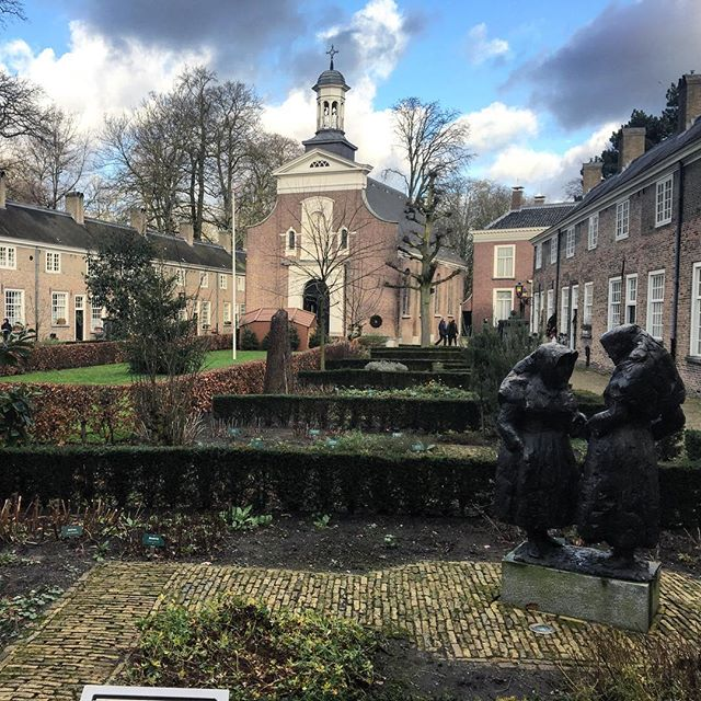 Breda and its peaceful Begijnhof!  @inpixelitrust & @geoffreycrofte did you liked it? :D . . . #breda #noordbrabant #begijnhof #begijnhofbreda #beguinage #medieval #brickhouse #cloudy #sunny #winter #gardens #peaceful #church #nederland #netherlands