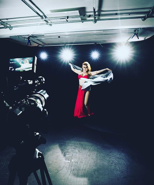 Fun morning at Puzzleglass studios filming a showreel piece for @eleanor_belly_dancer creating some creative lighting styles!  Photo: @sam_wlkr  @sonyproeurope @j_p_o_c_ #bellydancing #sonyfs5 #studiofilming #puzzleglass #sheffieldfilmstudio #dancingvideo #bellydance
