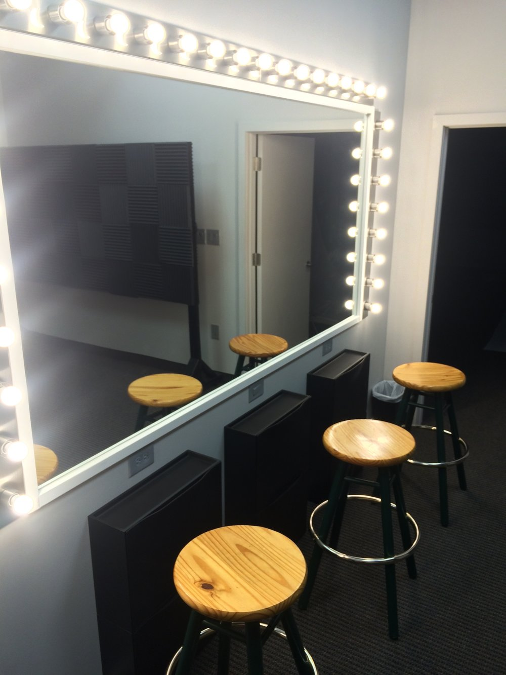 Large dazzling mirror--the lights stay cool!