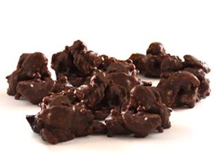 Rochedo de macadâmia - macadâmias torradas, carameladas, flocos de arroz e o mais puro chocolate
