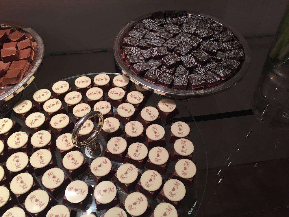 Pao de Mel e bombons podem ser personalizados com monograma, nome, mensagens para fazer sua festa ainda mais especial