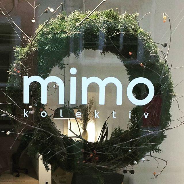 Naše první Vánoce v mimokolektiv, které nejsou v doprovodu brusek a pil, jak tomu bylo loni, když jsme připravovali 70% opening! A k tomu máme i tento úžasný věnec a brzy v lednu 1 rok! #advent #vanoce #christmaswreath #ztracena #mimokolektiv #shop+atelier #olomouc #openforyou 🖤🖤🖤 +++ #vimecojedobry