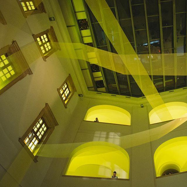 Olomouc zase žije AFEM, a tak vzpomínáme na žlutou, polykarbonáty, perlinku a koberec plný stop návštěvníků, nebo hodiny The future is now, které se raději zastavili za 5 12! Vůbec celý 52. ročník byl s námi na začátku vzniku ateliéru 🖤! Nenechte si ujít ročník 53 @academia_film_olomouc , opět nabízí současná témata, které stojí zato vidět a plno dalšího! #afo52 #konviktolomouc #scenography #yellow #mimokolektiv #olomouc