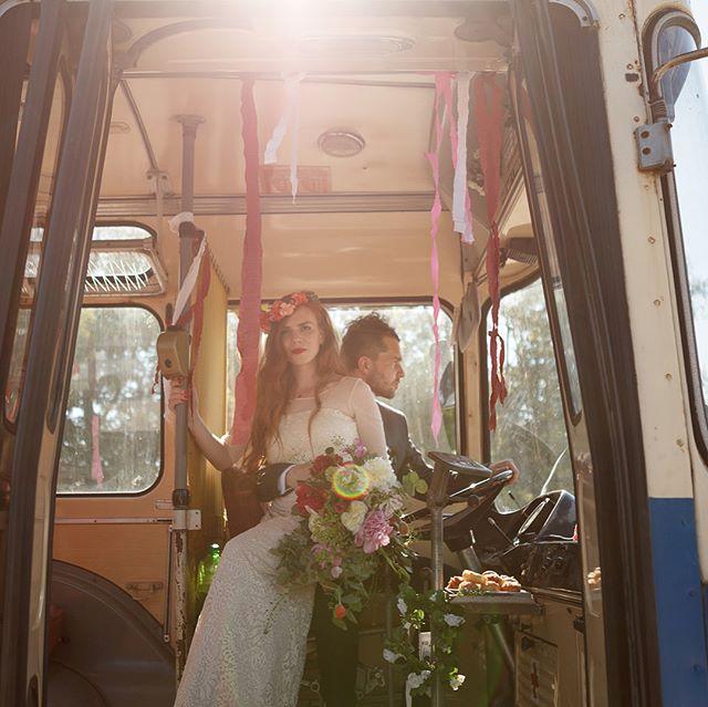 Pro kamarády tvoříme třeba i svatební kytice. Tahle vznikla přesně před rokem a 2 dny! Pivoňky, vlčí máky a láska nebeská ❤️ foto by @tomasjakubec #weddingbouquet #paeonia #papaver #weddingflowers #springflowers #wildflowers
