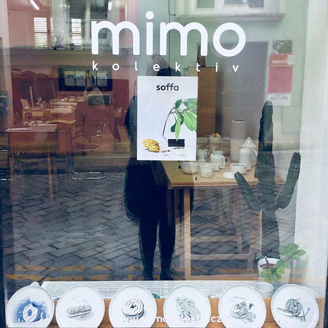 Hladová výloha v @mimokolektiv Nejnovejší číslo @soffa_mag na téma jídlo a talířky od HandleWithCare. Věneček, rakvička, tvarůžek, tlačenka, chlebíček...#uzviscovaritovikendu #design #olomouc #ztacena32