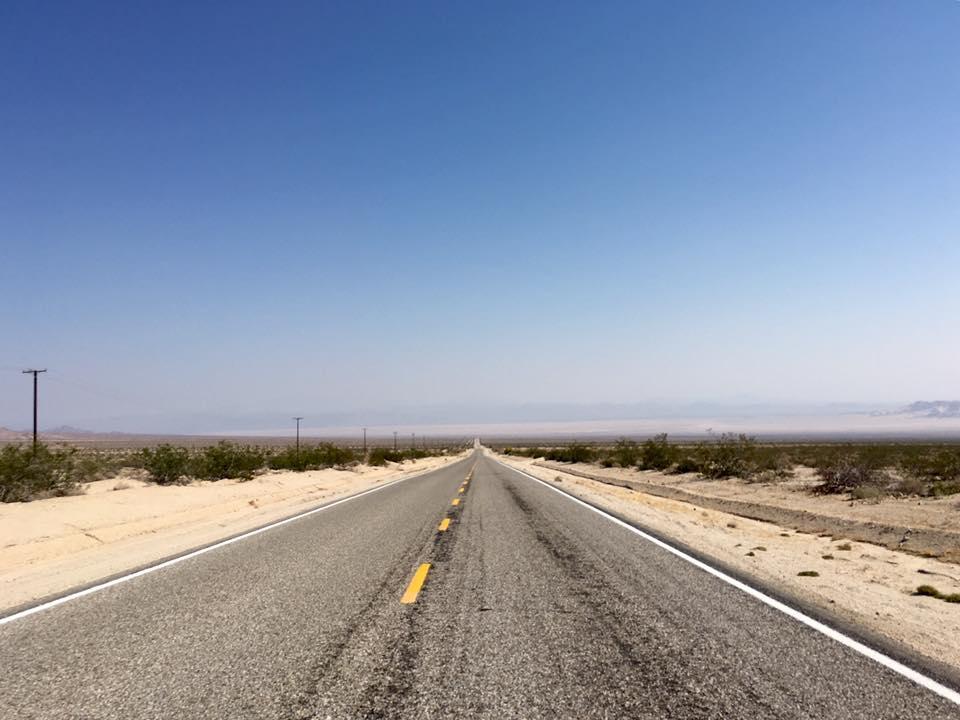 8 - Ruote scoppiate sulla Route 66, lasciate lì a sciogliersi al sole.
