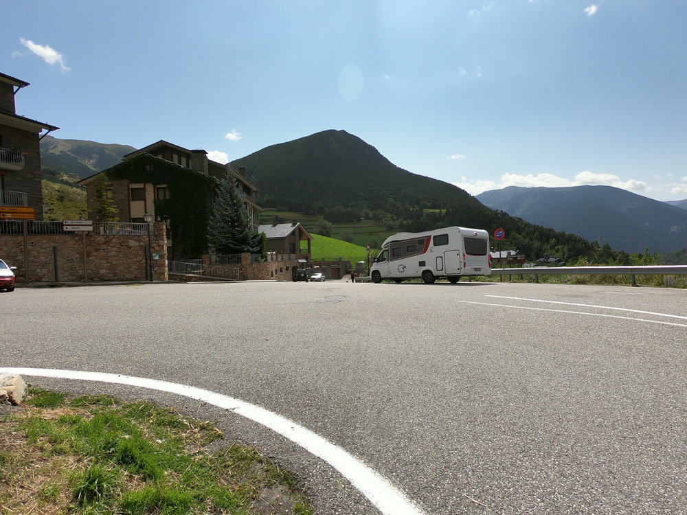 The white RV is pointing in the direction that the course goes. You make a right turn off the main road. This is just before 1 km into the race. There is a gentle downhill here.