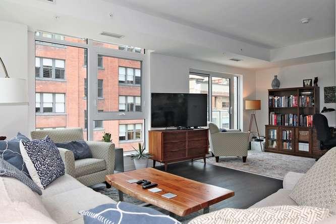 30 Nelson St Unit 423 Toronto-small-006-8-Living Room-666x444-72dpi.jpg