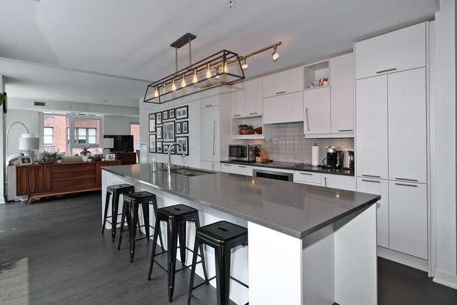 30 Nelson St Unit 423 Toronto-small-015-10-KitchenBreakfast Bar-666x444-72dpi.jpg