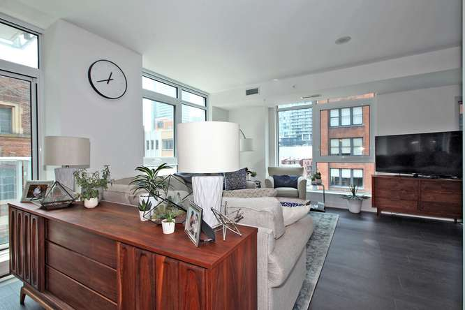30 Nelson St Unit 423 Toronto-small-004-3-Living Room-666x444-72dpi.jpg