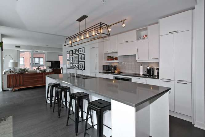 30 Nelson St Unit 423 Toronto-small-015-10-KitchenBreakfast Bar-666x444-72dpi.jpg