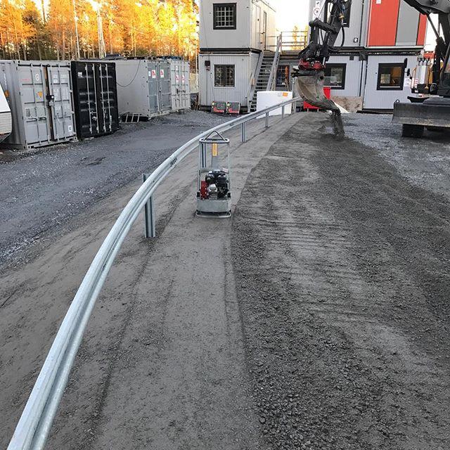 Grund och markarbeten för ett nytt Biltema i Kungsängen. Johnny och Erik är på plats.