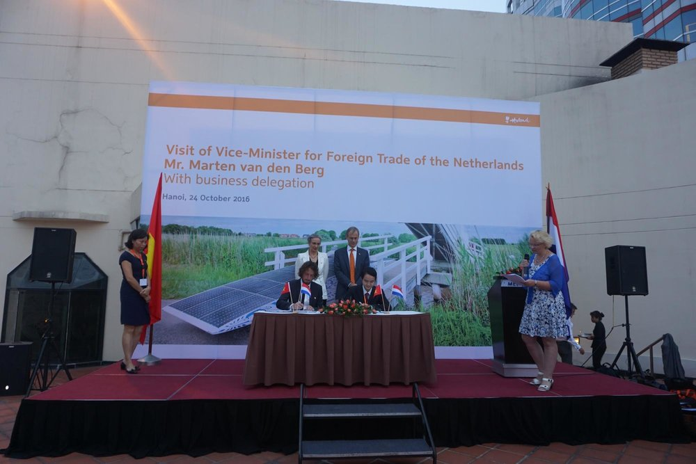 From left to right: NovoLanguage CEO Martijn Enter, Dutch Ambassador Vietnam Nienke Trooster, Dutch Vice Minister for Foreign Trade Marten van den Berg, Duy Tan University Vice Provost Dr. Le Nguyen Bao.