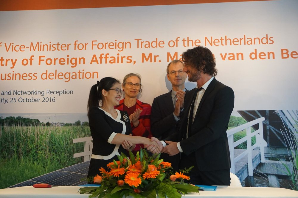From left to right: Huong Nghiep A Au Deputy General Manager Nguyen Thi Quynh Anh, Dutch Ambassador to Vietnam Nienke Trooster, Dutch Vice Minister for Foreign Trade Marten van den Berg, NovoLanguage CEO Martijn Enter.