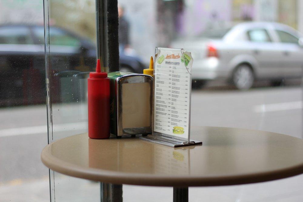 Senf und Ketchup -- Ästhetik eines Schnellrestaurants .jpg