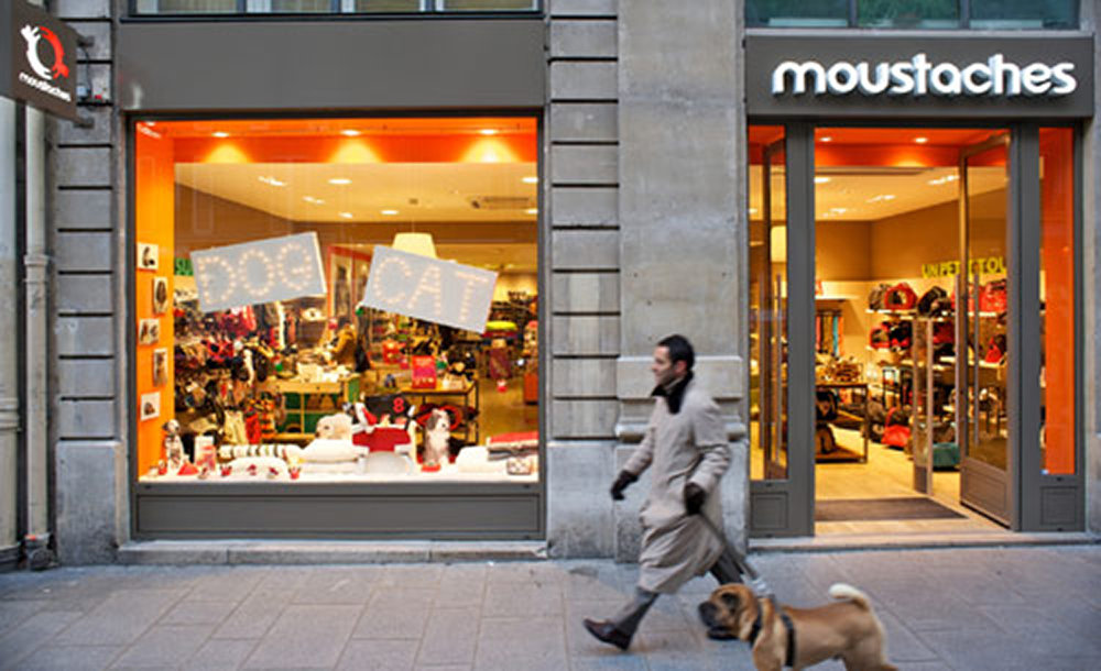 Moustaches-magasin-exterieur-pour-chien-le-blog-de-l-hotel-du-jeu-de-paume-paris.jpg