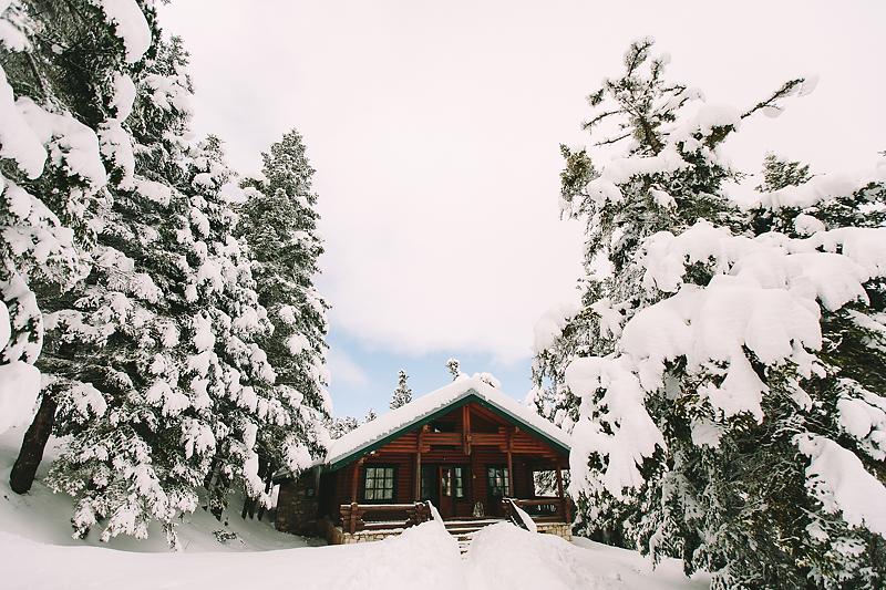 styled-shoot-winter-resort-greece-destination-wedding-chalet-luxury-chic-burgundy-white-gold-dinner-floral-design
