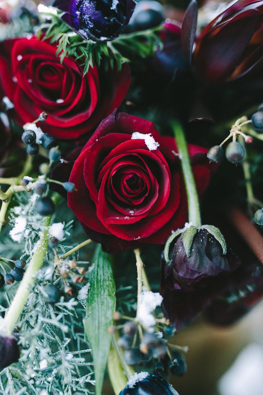 styled-shoot-winter-elatos-resort-greece-destination-wedding-luxury-burgundy-greenery-floral-design-table-arrangement
