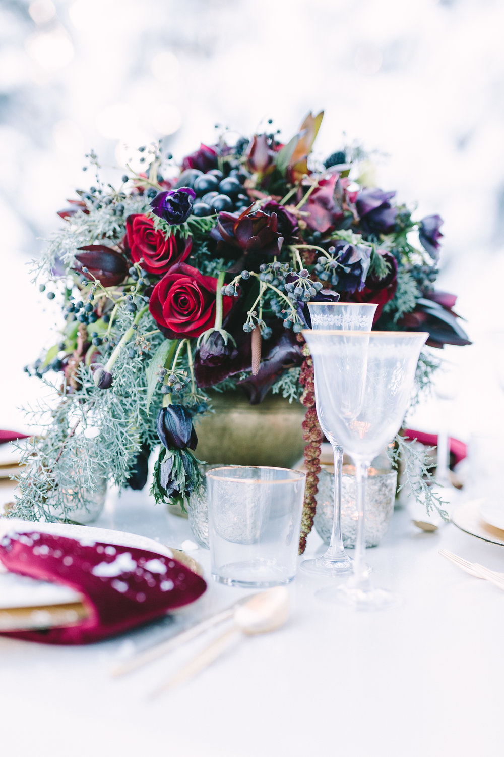 destination-wedding-table-gold-details-flower-centerpiece-artdelatable-floral-design