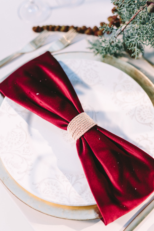 destination-wedding-table-gold-details-flower-centerpiece-table-arrangement-floral-design-napkin-ring