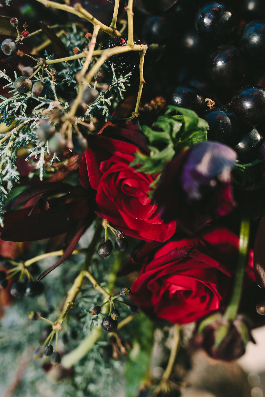 destination-wedding-table-gold-details-flower-centerpiece-artdelatable-floral-design