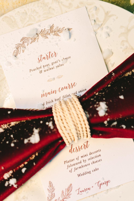 destination-wedding-table-gold-details-flower-centerpiece-artdelatable-floral-design-menu-dusty-pink-rink