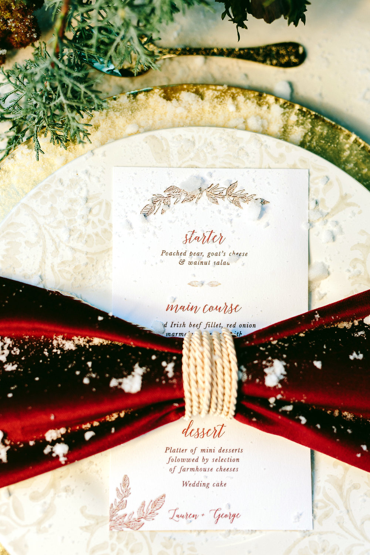 destination-wedding-table-gold-details-flower-centerpiece-artdelatable-floral-design-menu-wedding-stationery