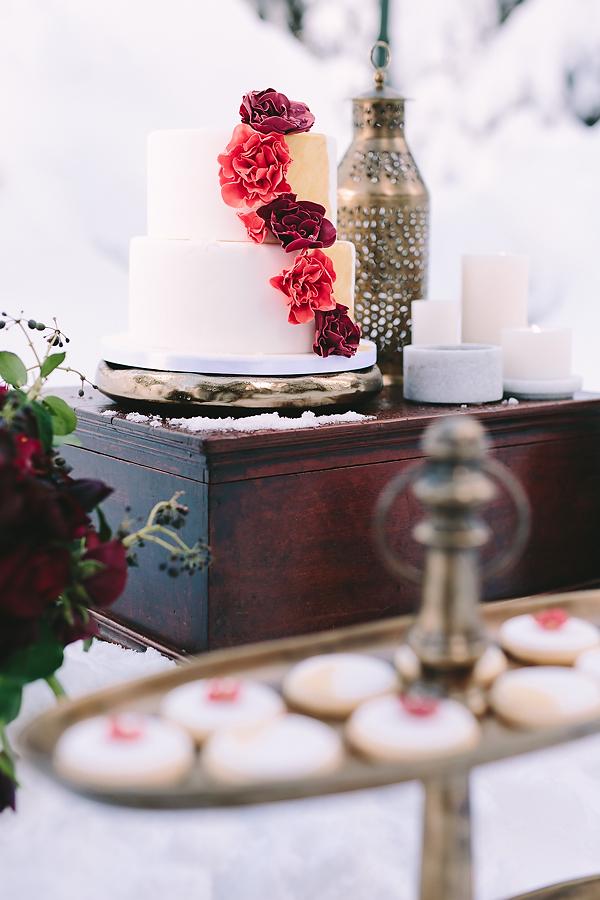 destination-wedding-greece-elatos-resort-desert-wedding-cake-marble-gold-decoration-wedding-planning-wood-rustic-lanterns