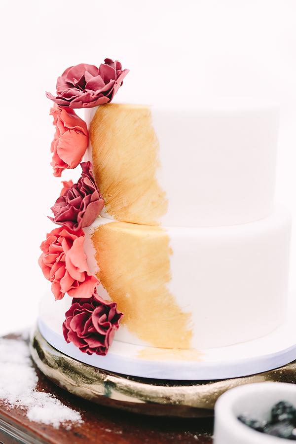 destination-wedding-greece-elatos-resort-desert-wedding-cake-gold-brush-marble-gold-decoration-wedding-planning