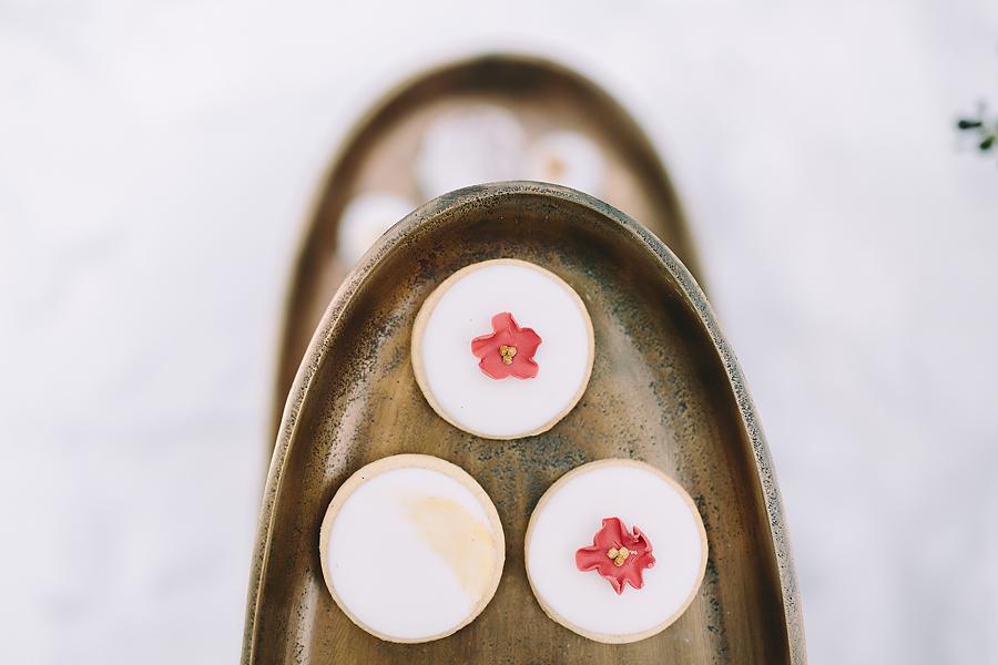 destination-wedding-greece-elatos-resort-desert-wedding-cake-desert-marble-gold-decoration-wedding-planning