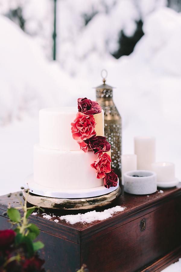 destination-wedding-greece-elatos-resort-desert-wedding-cake-marble-gold-decoration-wood-rustic-wedding-planning