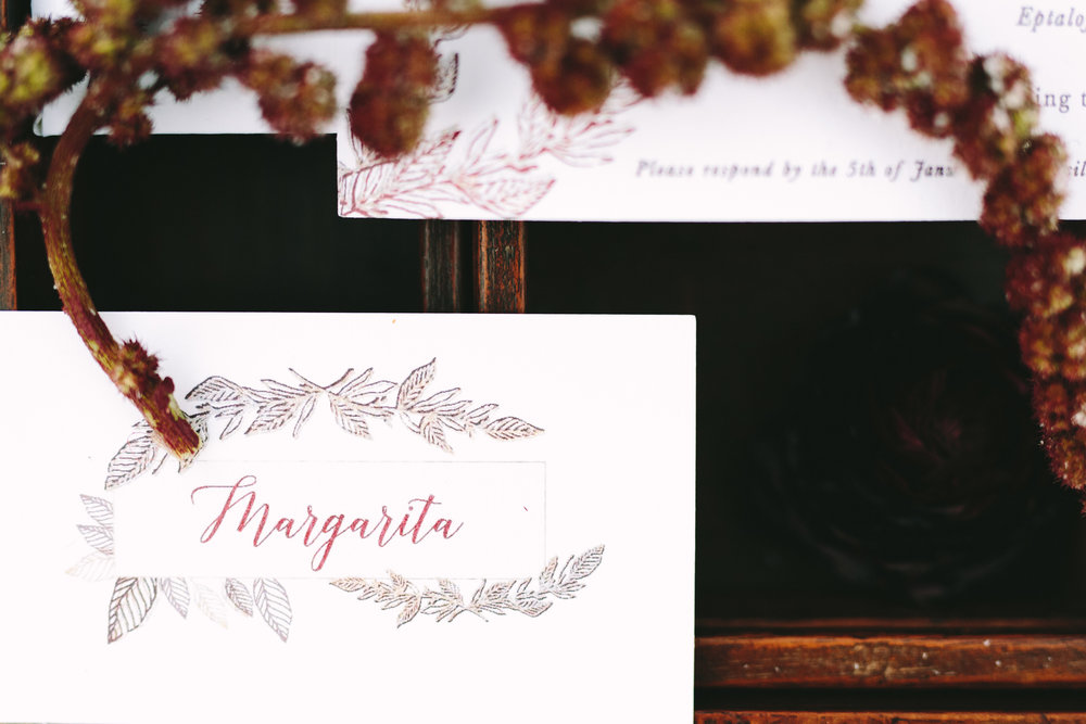 wedding-stationery-customized-escort-cards-foliage-golden-details-place-cards-table-dinner-decoration