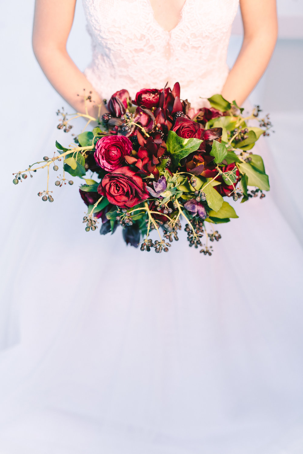 wedding-bouquet-design-red-burgundy-roses-berries-greenery-wedding-dress-lace-luxe
