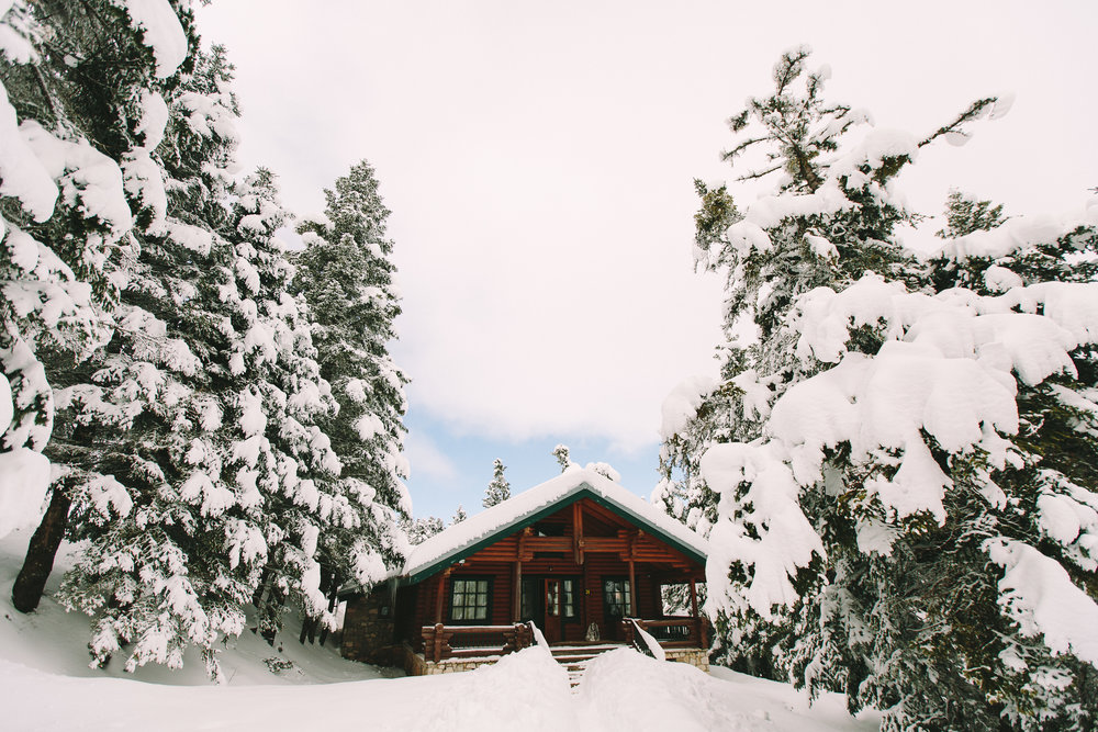 Destination-winter-wedding-greece-wedding-planning-mountain-chalet-snow-white-feathers-luxury-silver