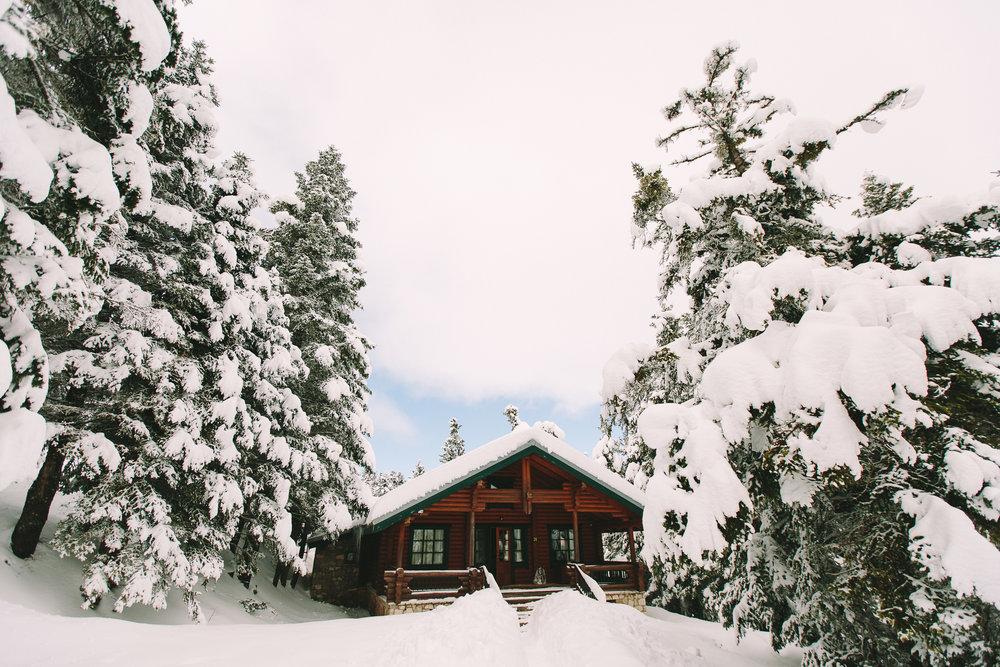 Destination-winter-wedding-greece-wedding-planning-mountain-chalet-snow-white-feathers-luxury-silver