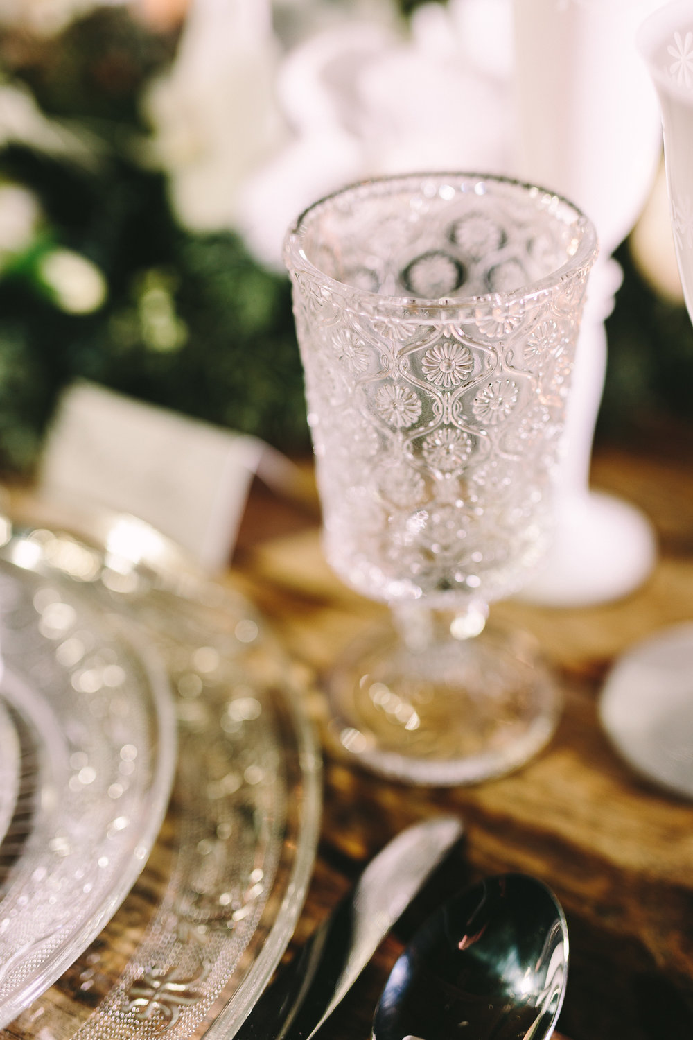 Destination-winter-wedding-greece-wedding-planning-snow-white-feathers-luxury-silver-cutlery-napkin-crystal-sousplat-orchids-escortcards