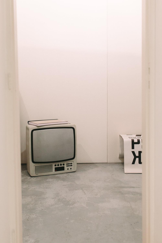 art-gallery-athens-dinner-party-luxury-mirror-dark-moody-concept-event-planner2.jpg