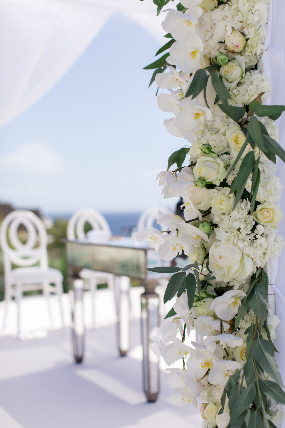 royal-myconian-resort-venue-galaxy-sunset-chuppah-chuppa-huppah-bridal-canopy-jewish-ceremony-floral-decoration-mirror-table-couple-bride-groom-event-planning-silkentile-greece