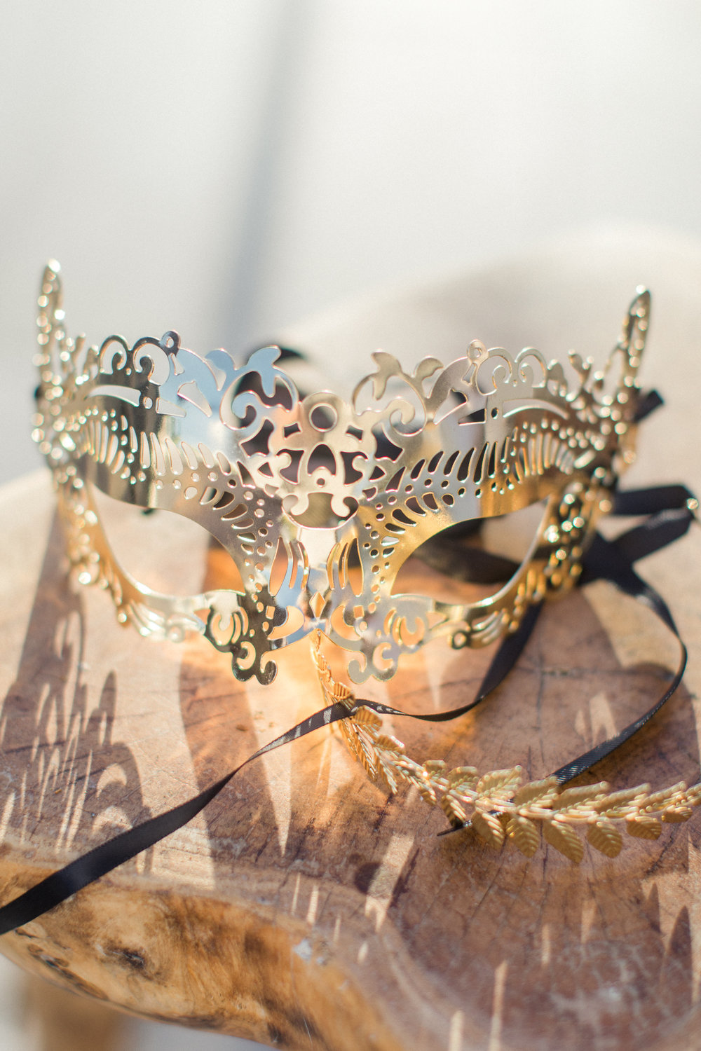 wedding-greek-theme-mythology-table-numbers-meandrous-gold-mask-props-event-planning-silkentile-firm-royal-imperial-myconian-collection