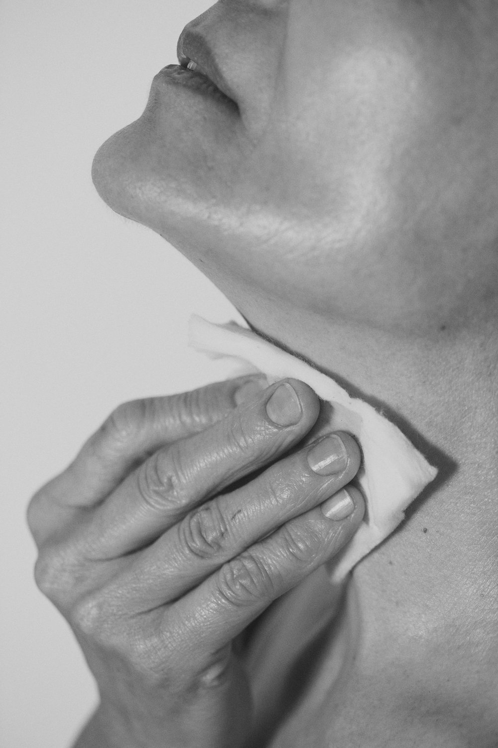 - Often we forget to give the skin of our neck and neckline the attention they need, these areas have a much thinner skin than the rest of our body. It dries out really easily, and the appearance of wrinkles is more frequent. To make your skin look good, at the time of applying the toner, the serum and cream we recommend doing it with an upward massage; from the lower area of your neckline to your chin using your fingertips. You can also massage from the center of our neck towards the nape. You can make these movements by adding them to your nocturnal rituals. The area of the neck is full of nerve endings and tends to load and block, this is a habit that helps the relaxation of the area while providing wellness. The application of the toner is very simple. It is important to have a clean face . To apply it, we recommend moistening a disc and gently rubbing it across the face with gentle touches. This way, you prepare the skin to be able to hydrate it. You can also use it to refresh the skin during the day.