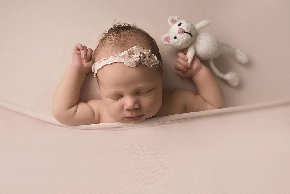 Columbus ohio newborn photographer baby led natural posing in blush pink