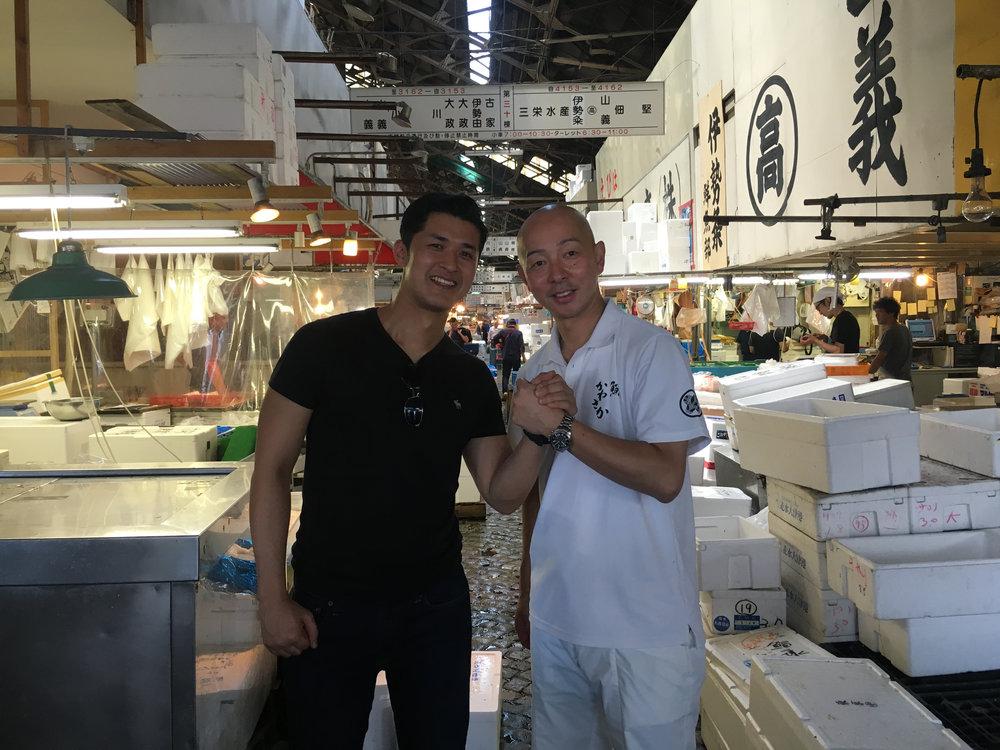 Darryl (left) with master sushi chef Shinji Kanesaka at Tokyo's Tsukiji fish market.