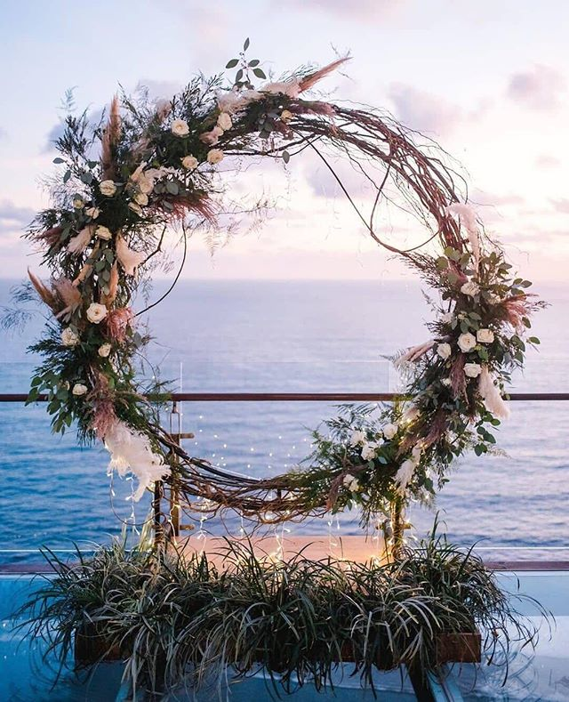 Circle arbours are definitely a thing. 💁‍♀️😍 // via @weddingchicks