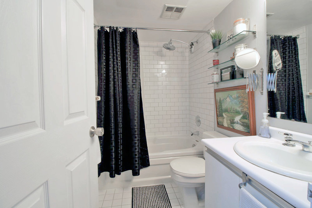 06 - 801 King Street West 907 - Bathroom.jpg
