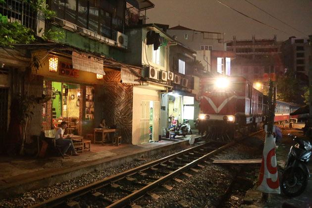 Ray Quán's patio is just a few feet from passing freight trains, photo credit:  HanoiVietnam.fr
