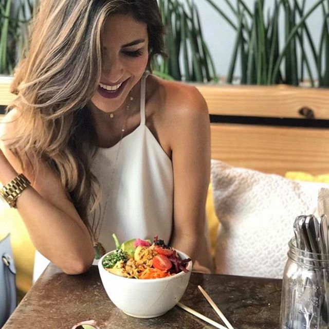 Nourish your body with food that makes you smile. 😋Like @noesdieta and her Poké bowl! 🥙🥕🍅🌱Let us put a smile on you! #alwayschooselove  #pokebowls #happymonday
