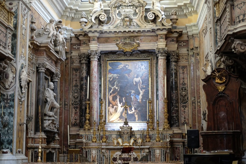 The typical Baroque style of the altar.