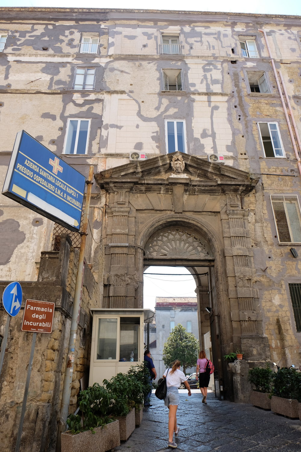 Entrance to the Incurabili hospital courtyard, where the pharmacy is located.